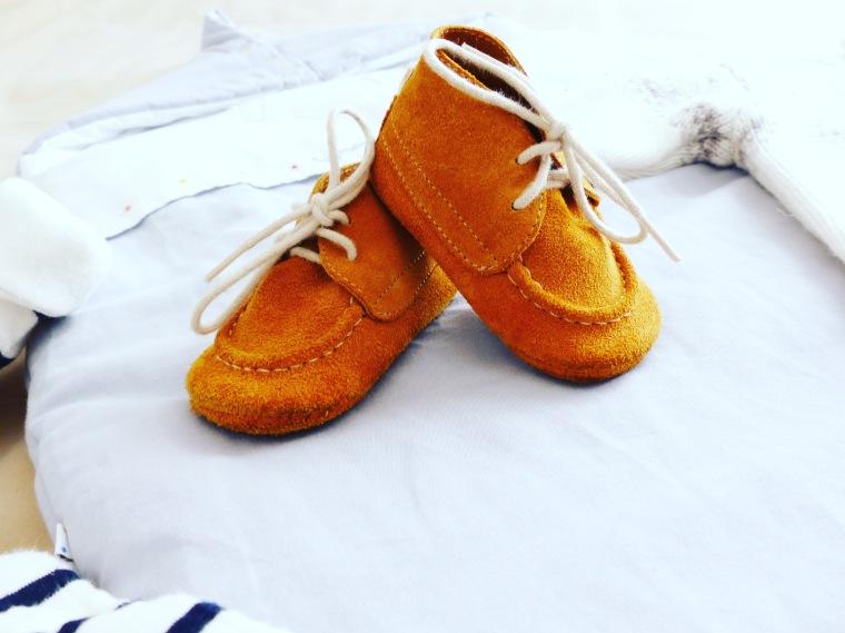 Et les petits chaussons en cuir pour ne pas avoir les petits petons glaglas !