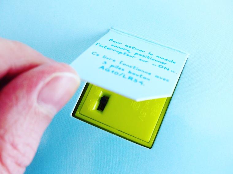 Astucieux : un petit bouton on/off se cache à l'arrière des livres
