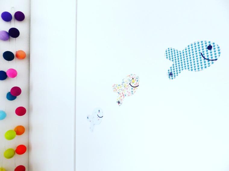 Les stickers-poissons ont fini sur la porte du dressing de Paul