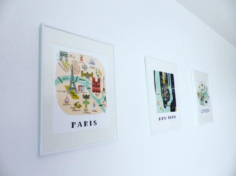 Le tryptique original décore le mur blanc de mon salon
