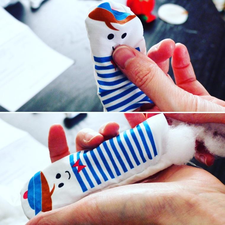 ETAPE 5 Retourner la poupée puis rembourrer avec de la ouate de coussin.
