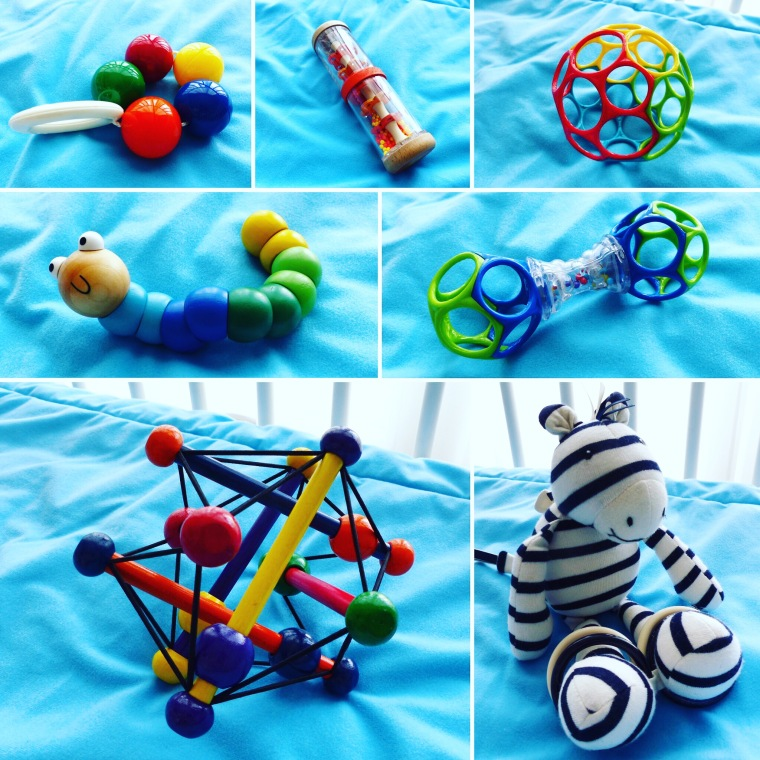 De haut en bas et de gauche à droite : 1. Le hochet cinq boules d'Ambi Toys 2. Le bâton de pluie de Djeco 3. La balle creuse multicolore d'Oball 4. Le ver de terre de Woody the Worm 5. Le hochet creux d'Oball 6. Le Skwish de The Manhattan Toy Company