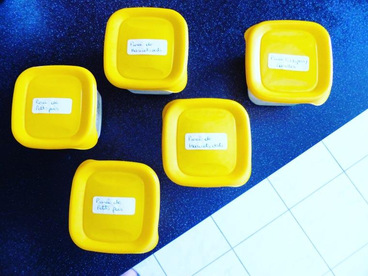 Chaque boîte hermétique est pesée et étiquetée